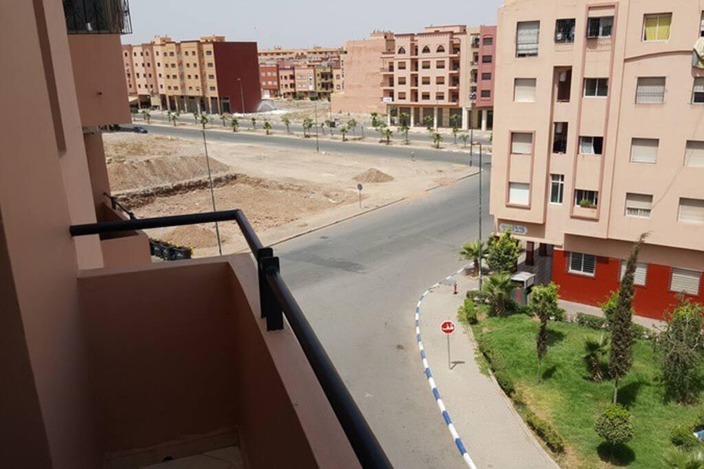 Appartement en 4ème étage avec vue sur rue et jardin.