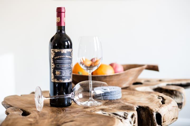 In der Wohnung steht für meine Gäste eine  kleine Weinauswahl bereit.