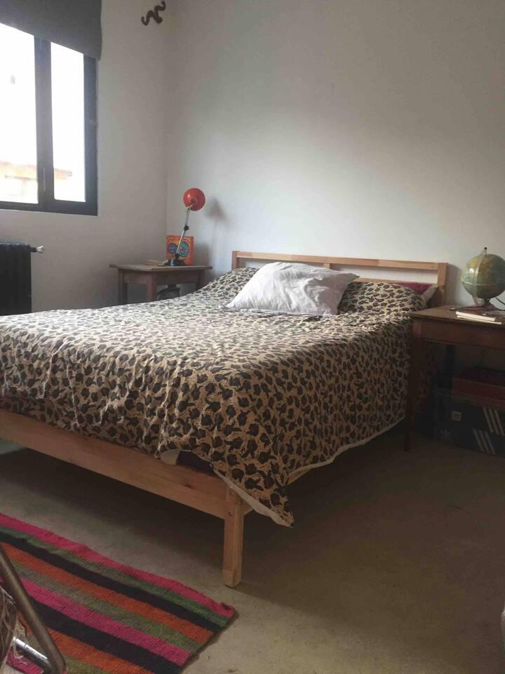 Chambre tout confort , style loft ,lit double.