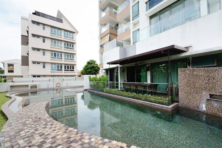 Private Master room w bath & balcony, near MRT - Singapur