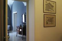 la stanza grigia, familiare, calda e accogliente