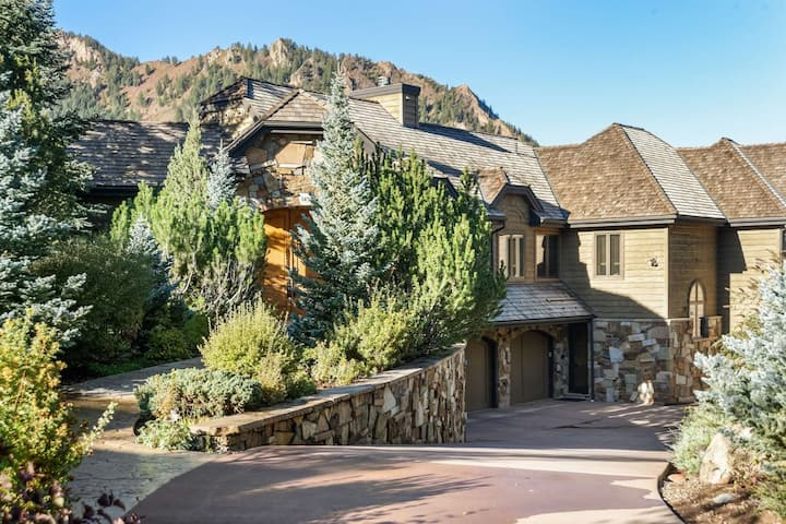Private Family Home in Aspen. Aspen Mountain Views. Private Hot Tub! Large Deck, Elevator, Garage