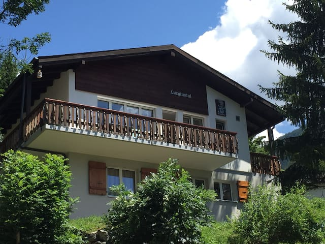 Prachtig vrijstaand gerenoveerd chalet in Fiesch - Fiesch - Chatka w górach
