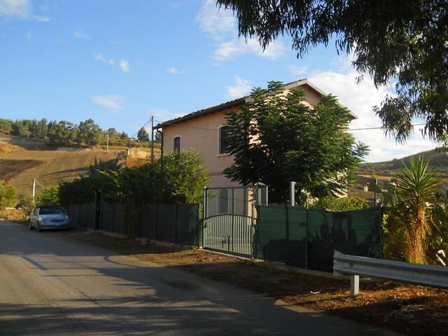 EX CASELLO FERROVIARIO IDEALE PER RELAX E NATURA - Cianciana - Villa