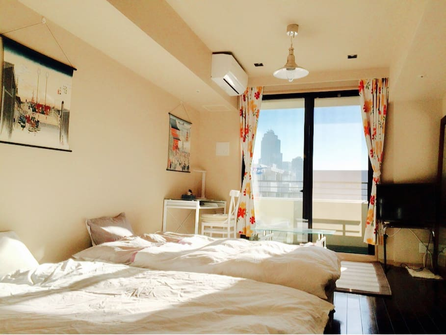 4 person can stay 1 Queen bed 2 Single beds 2 Extra futons No smoking Security double lock Check in     3pm Check out 11am 220 ppt speed wifi rental service Luggage Storage Service (1Luggage Price/2hour ¥1000) Clean Up Room Service(¥7000)  最大4名宿泊可能 1ビッグルーム クイーンベット1 シングルベッド2 エクストラ布団2 禁煙 2重ロック ポケットWIFIレンタルサービス 荷物預かりサービス/1個の荷物価格 (2hour ¥1000) 滞在中お掃除サービス(¥7000税込)