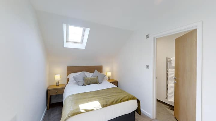 Modern Private Room,  close to Gatwick Airport