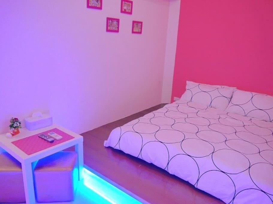 粉色雙人房+衛浴乾濕分離。整體明亮又溫馨。木板上面有著舒服的獨立筒床,木板下面有著浪漫的藍燈。麻雀雖小五臟俱全!兩人恰恰好:) (另有包車旅遊,歡迎詢問)