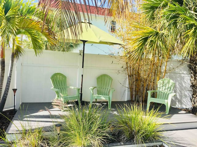 Cozy Beach House at Historic Pass-A-Grille!