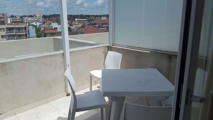 Balcon del dormitorio con mesa para desayunar