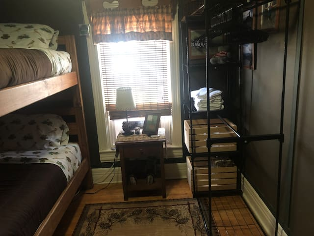 Kinhaven-Adirondack room, bunk beds. NO FEES
