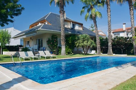 Private villa with pool 3 minutes from beach