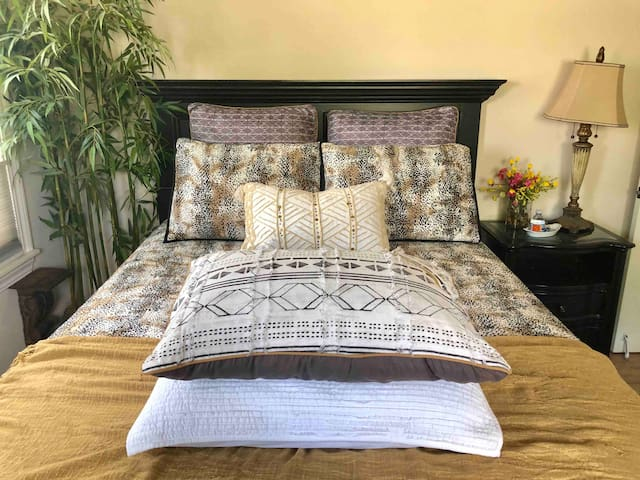 ✨Your OWN Spacious, Spa-Like Master Bedroom- Luxurious 900 thread count 100% Cotton sheets :) Fresh Flowers, Bedside water & mints, Hypoallergenic Down and/or Cooling Pillows and Electric Blankets Promise Sweet Dreams AND a Great Nights Sleep ;)