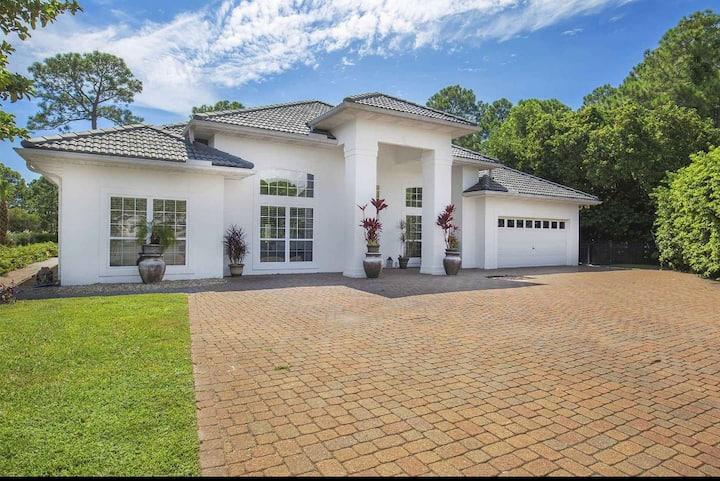 Private Estate Living, Pool, 5 blocks to Beach
