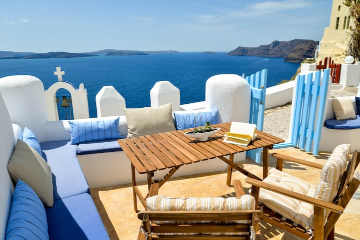 Cave House in Oia with direct Sea View