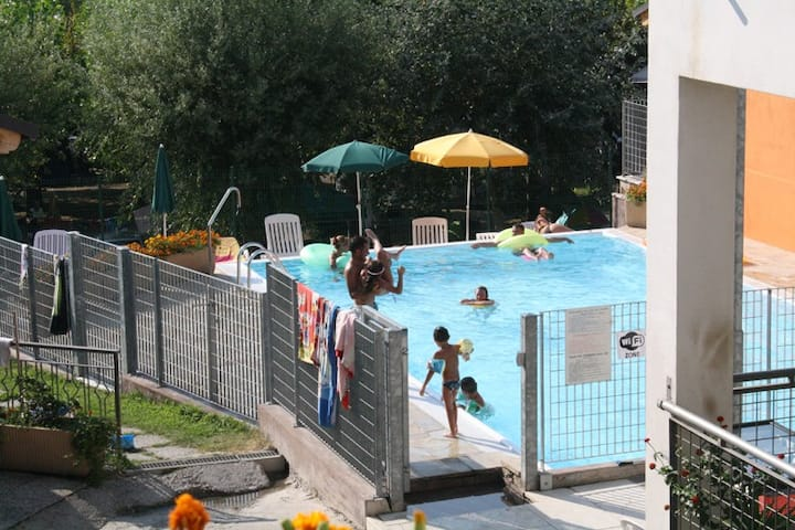 Chalet in residence con piscina e vista lago