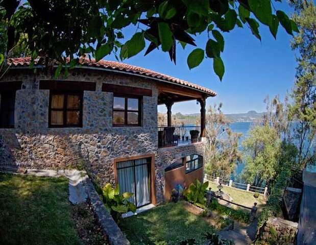 Cabaña Petunias, a la orilla del lago Zirahuén