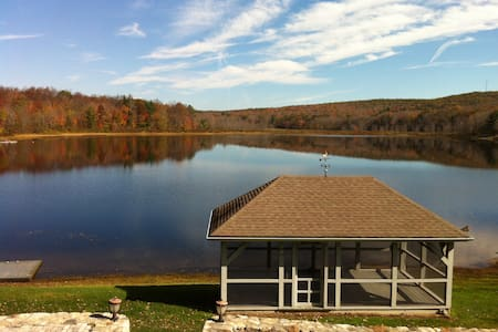 Secluded Lakefront retreat - Goshen