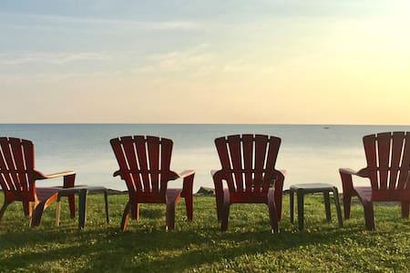Charming Lakeshore Cottage - Lake Views & Access