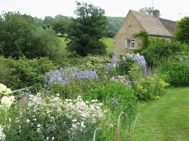 NEATHWOOD COTTAGE, pet friendly in Wotton-Under-Edge, Ref 988975