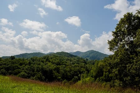 Bear Creek-Luxurious Asheville Cabin ; Spectacular Views, Close to Asheville - Marshall