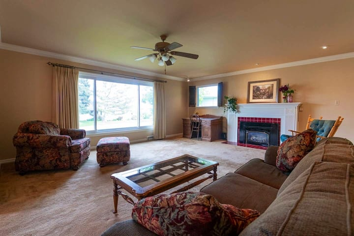 Spacious, sparkling clean, great location w/garage