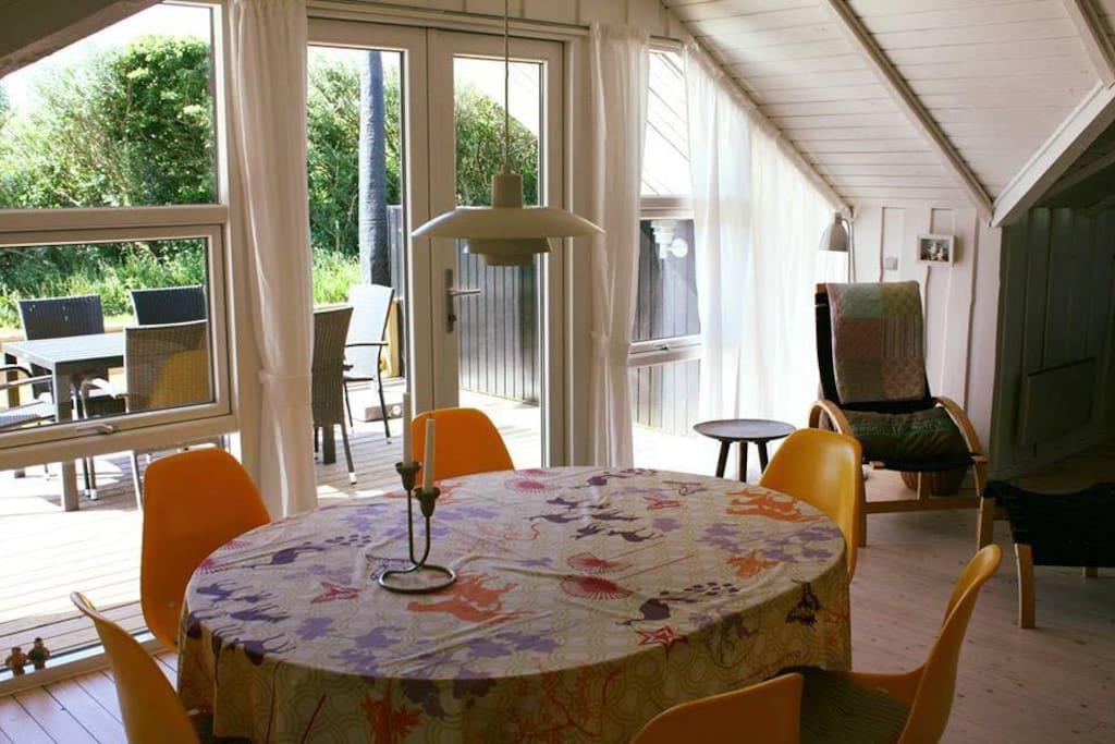 Spiseplads med udsigt til terrassen