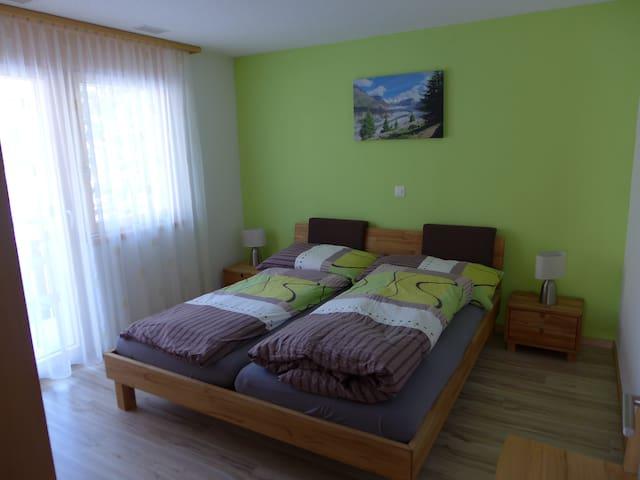 Schlafzimmer mit grossem Doppelbett 1.80m x 2.00m. Zwei Matratzen und zwei nordische Duvet für guten Schlaf! Zugang auf Balkon 2 mit Tisch und zwei Stühlen. Wunderbare Abendsonne für ein Apéro :-)