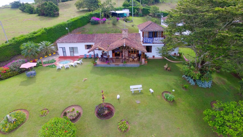 Beautiful country house with a view to Calima Lake