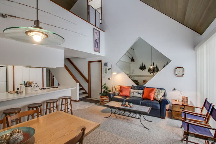 Dog-friendly condo w/ hot tub access, bikes, & SHARC passes - on the golf course