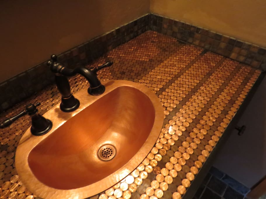 A private en-suite Penny bathroom.  It is a full bathroom room with a shower and bathtub.  We have towels, shampoo, soap, hairdryer etc... waiting for you.  Count the pennies.