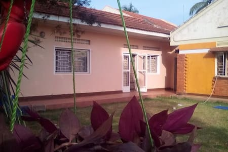 Comfy rooms in secure large house & garden - Kampala, Bukoto