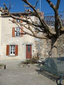 maison à proximité du château