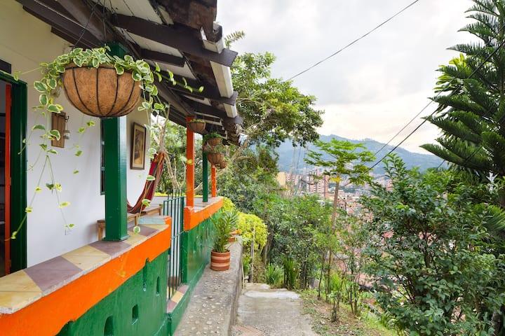 Casa Finca en la Ciudad Hab. Privada - Medellín