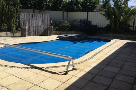 FOREST LAKES RETREAT 4 x 2 with own swimming pool - Thornlie