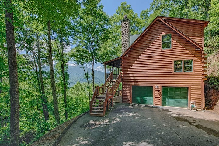 Maggie Overlook in Gated Smoky Mountain Retreat