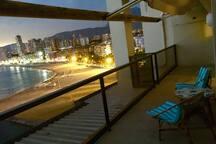 Terrasse avec vue imprenable sur la   mer et plage qui s'illumine  à la nuit venue...