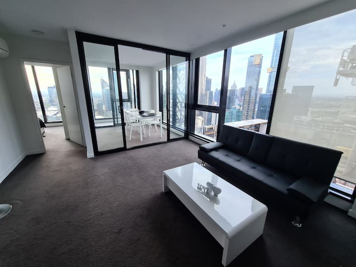 Room in luxurious building close to CBD and garage
