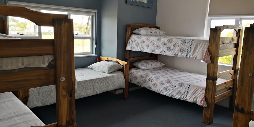 Hermanus Backpackers - 4 dorm beds (7 bed dorm)