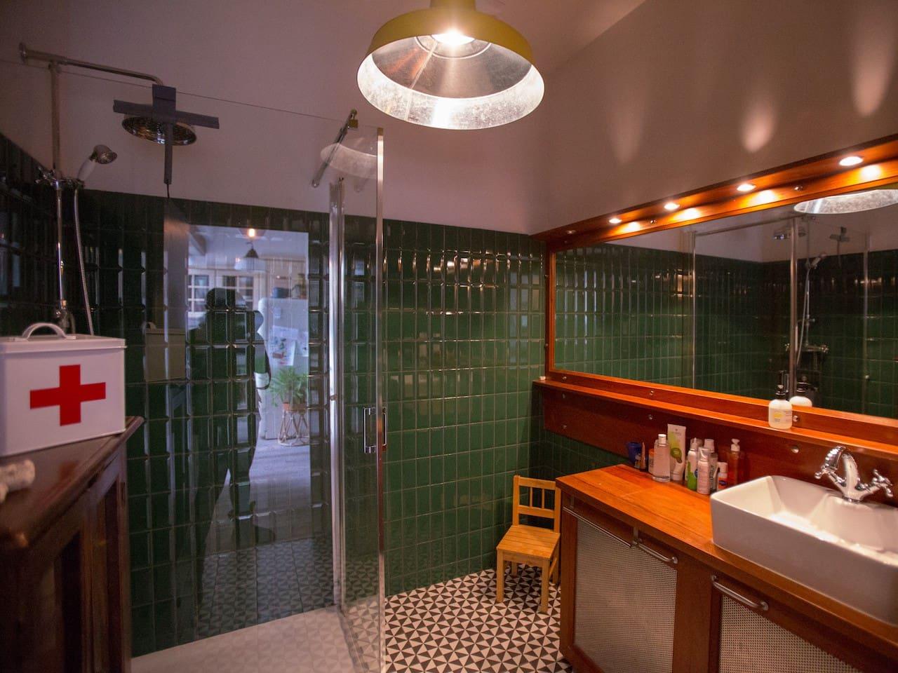 Salle de bains RDC avec douche, robinetterie vintage et rangements