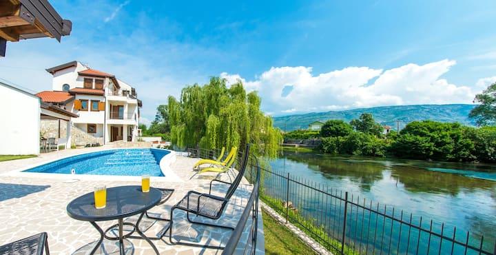 Villa Verde l Luxury Retreat l Riverside
