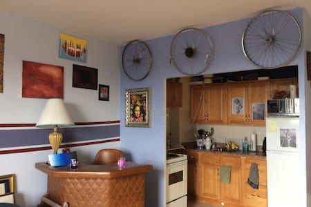Bright & Cozy Nest by the Ossington Strip - Toronto - Apartment