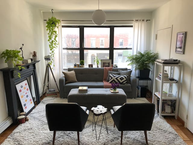 Large 2 bdrm loft with outdoor space + trains