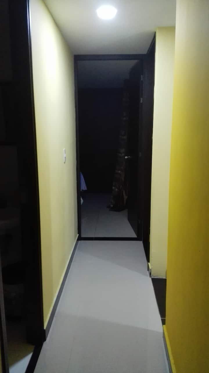 Habitación con baño privado y closet