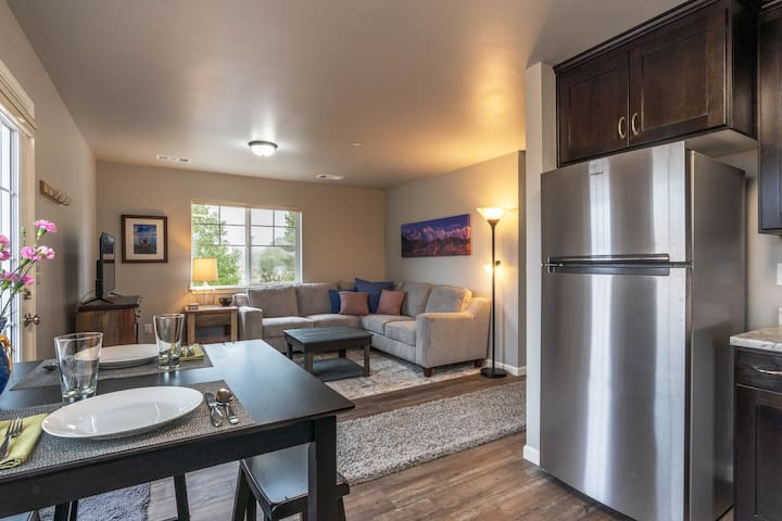 Fresh, spacious, upstairs apartment! Close to town and nearby beaches!