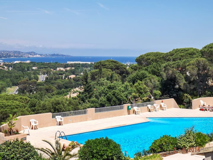 House with one bedroom in Cogolin, with wonderful sea view, shared pool and enclosed garden - 4 km from the beach