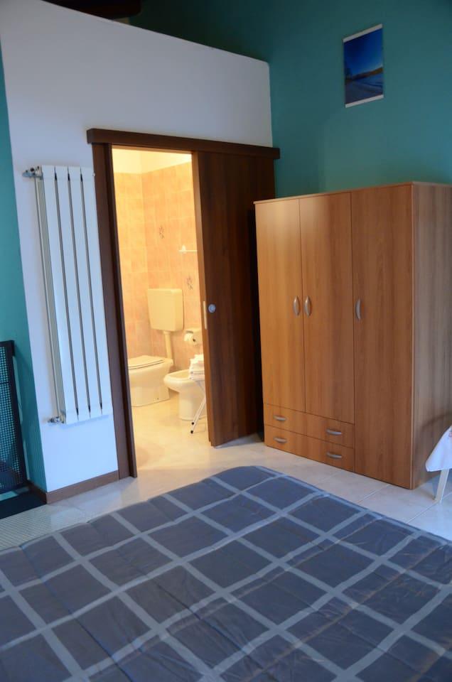 Camera con bagno superiore