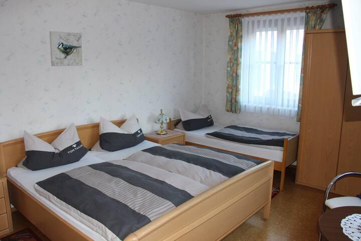 """Landgasthof """"Zur Tenne"""" (Feuchtwangen), Dreibettzimmer mit Dusche / WC mit  kostenlosem WLAN"""