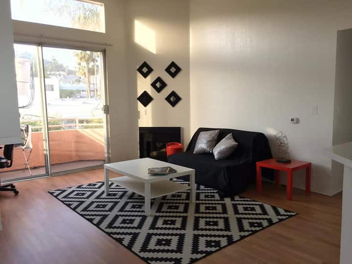 Minimalistic Cool 2 bed / 2 bath in WeHo