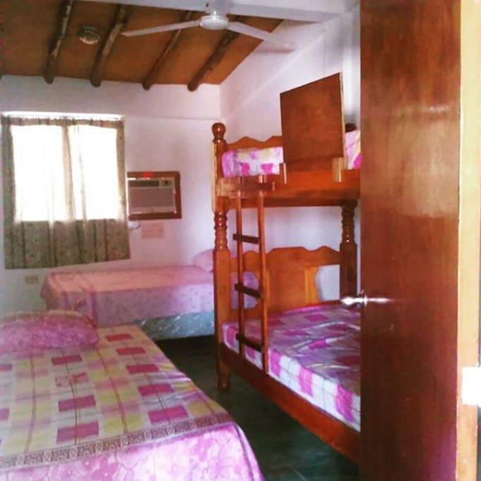Cama matrimonial, una cama individual y una litera individual