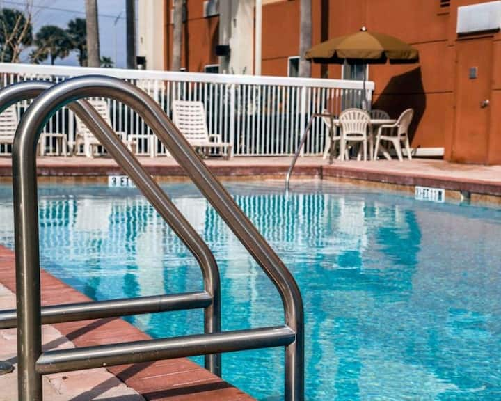 Cozy Units! Pool, Restaurant, Near Attractions